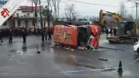4死15伤!河南固始一公交与货车相撞 90度侧翻现场狼藉