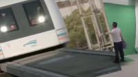 高铁的速度太快,被吓到出一身冷汗,还好男子反应速度快!
