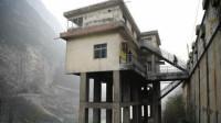 建在40米悬崖上的火车站,楼上住人楼下架空旁边就是流淌的江水