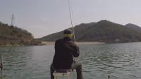 钓鱼实战153,水库风推大浪,钓鱼人深水甩大鞭底钓鳟鱼
