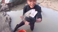 渔民赶海!小伙浅滩抽干水后,收获大惊喜,一条鱼就直接爆桶了!