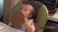 不管吃什么东西,宝宝就喜欢拿脸去吃?网友:惊呆啦!