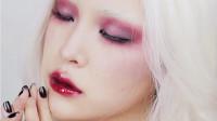 白发美女仿《爱丽丝梦游仙境》白皇后,涂上烈焰红唇,毫无违和感