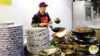 在杭州吃面要看告示的店!一碗40元,没有拿到面不准坐下!人爆满
