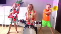 妈妈和萌娃们一起组建了一只快乐的小乐队,母子三人演奏的可真是投入呢!