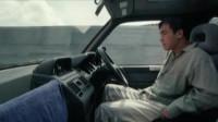 男子边开车边换衣服,还站着开车,秋名山车神也不过如此!