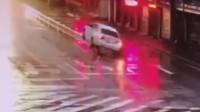 """小车司机被远光灯""""致盲"""" 径直骑上路中护栏"""