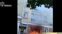 居民家中突发火灾  消防赶赴现场救援:居民阳台乱堆物  事发地楼下绿化带有烟蒂