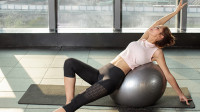 双手向后支撑抬腿训练,拉伸腿部的肌肉,刺激食欲缓解便秘