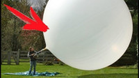 老外将干冰放入气球中,气球不断膨胀变大,网友:扔个飞镖吧!