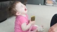 爸爸们这是太无聊了吗,竟然玩起了宝宝,不过宝宝倒是配合上了?