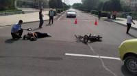 电动车男子刚出路口,就遇到女司机,监控拍下被撞全程!网友:心疼呐