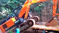 印度卡车运输挖掘机,看看日立挖机如何下车的