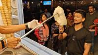 印度奇葩街头小吃冰淇淋:卖主通过杂耍戏弄顾客,好奇怪的冰淇淋