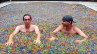 小哥将自家泳池装满水母球,还在里面泡起了澡!有钱人家就是会玩