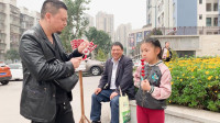李大神和桐桐在街边买糖葫芦吃,你爱吃糖葫芦吗?