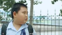 女同学没吃早餐,好友暗示小胖将自己的让给她,没想到他拔腿就跑