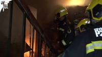 浓烟滚滚 消防员从火场救出1岁小孩