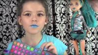 国外小女孩美妆秀:将自己化妆打扮成了怪高娃娃的模样