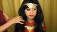 在妈妈的帮助下,小女孩将自己美妆打扮成了女超人的样子