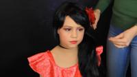 在妈妈的帮助下,小女孩将自己美妆打扮成了艾莲娜公主