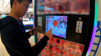 试玩商场里十元一次的口红机,连玩了二十多次,就想中个名牌口红有这么难?