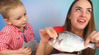 萌娃小可爱和妈妈一起玩游戏玩的好欢乐!—萌娃:这条鱼好像没煮熟呀!