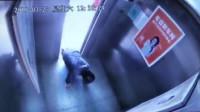 """惊魂!大妈乘电梯时绊倒 电梯突然上升险遭""""腰斩"""""""