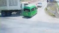 泰国一面包车闯红灯被大货车推入河中 车上8人遇难