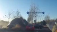 奥迪车跨过隔离带 撞上正常行驶的4辆车