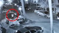 两蒙面男子闯入南宁一小区砸车 事发时车主正坐在车内