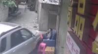 汽车小巷内横冲直撞 男子坐沙发险被撞惊魂未定