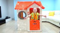 萌娃小可爱组装玩具房子遇到了困难,赶忙打电话叫来哥哥!—萌娃:哥哥,我需要帮助!