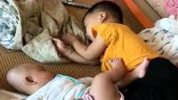 自从二胎有了妹妹,小哥哥睡觉时是这样的,看完不许笑!