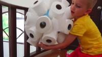 萌娃们可真是有创意呢!卫生纸还有这样的作用呀!小家伙们真会玩!