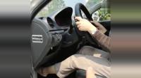 这样的女司机竟然还能开车,幸亏有小哥哥的帮助,太可怕了!