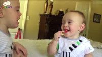 哥哥简直就是移动的表情包, 1岁小弟弟萌萌的太可爱了!