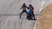 """车手相撞后爬上对方摩托 赛道上演""""拳击擂台赛"""""""