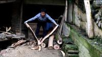 农村小伙用古老的方式劈柴,破开的那刻高兴坏了,这姿势真帅