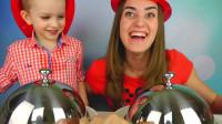 萌娃和妈妈一起玩游戏玩的可真是欢乐呢! —萌娃:好期待揭开盘子的那一刻呢!