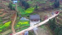 航拍农村一户人家,房前屋后都是自家种的菜,水泥路修到家门口