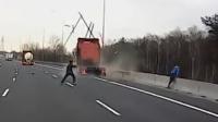 惊险!大货车飞驰驶来 2男子机智跳车捡回一命