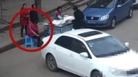 司机忘拉手刹溜车撞倒老人 辅警举吊瓶等待救护车救援