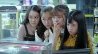 四位女神来便利店打工,却遇上三个凶狠的女学生,吓得不敢说话了