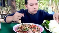 泰国小伙子吃墨鱼仔拌米粉,伙食不错,吃着饭就把钱赚了
