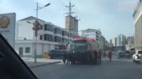 """客车违规站外拉客被""""人肉""""拦车 司机驾车推着数十人往前冲"""