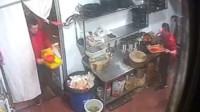 重庆一串串店回收旧锅底 直接舀给其他客人吃