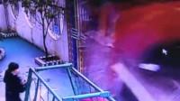 监拍大货车避让电动车失控 撞倒幼儿园围墙致2伤