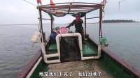 户外赶海:大叔出海收地笼,抓到这么多海鲜,回到岸上还碰到粉丝