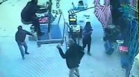 土耳其男子在风中企图抓住大伞结果被一起吹飞